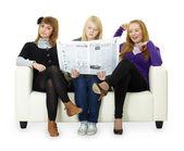 面白い女の子 10 代の若者は、新聞を読む — ストック写真