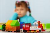 Dziewczynka znudziło się granie z zabawkami sam — Zdjęcie stockowe