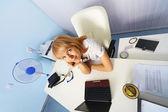 Grappige jonge vrouw zitten in een kantoor — Stockfoto
