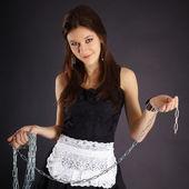 Ung vacker flicka i maid kostym med en kedja — Stock fotografie
