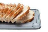 白で分離されたブレッド ボード上のパンのスライス — ストック写真