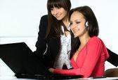 Jeunes filles qui travaillent au bureau — Photo