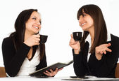 Kobiety siedzącej przy stole — Zdjęcie stockowe