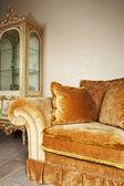 Pomarańczowy sofa z poduszki — Zdjęcie stockowe