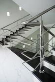 лестница с перилами стальной — Стоковое фото