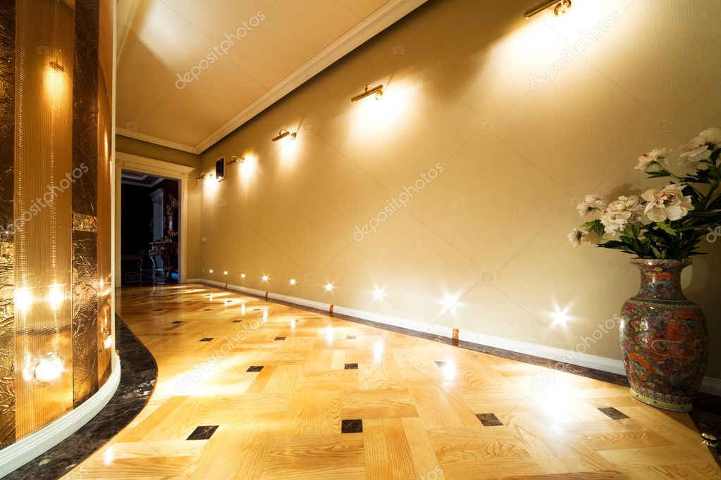 Flowers in a long hallway with parquet flooring — Stock Photo #4947506