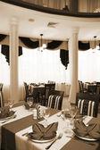 ресторан с зеркальный потолок — Стоковое фото