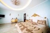 красивая широкая кровать — Стоковое фото