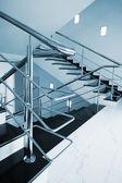 Treppe mit einem edelstahl handlauf — Stockfoto