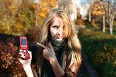 携帯電話上の女性 — ストック写真