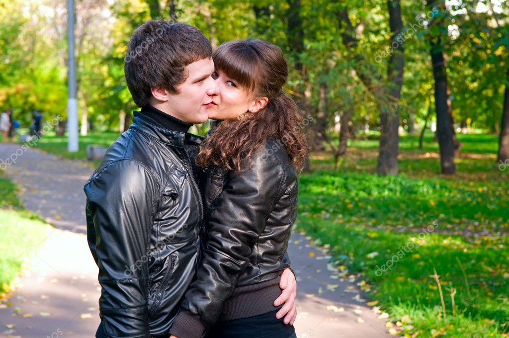 A young couple on a walk in autumn park — Stock Photo #3998196