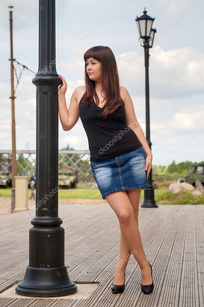 короткая юбка девочка наклоняется