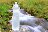 Botella de plástico con agua limpia — Foto de Stock