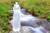 Bouteille en plastique à l'eau claire — Photo