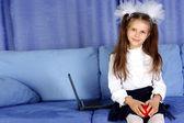 Colegiala con ordenador portátil y rojo manzana en sofá — Foto de Stock