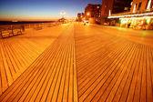 古典的なニューヨーク - 夜のブライトン ビーチのコニーアイランド、米国 — Stock fotografie