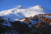 Montaña nevada elbrus en el cáucaso septentrional — Foto de Stock