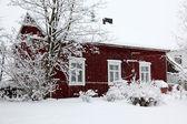 Zimní venkovské krajiny, dům pod sněžení — Stock fotografie