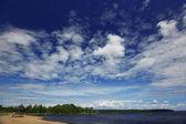 Lago e blu cielo nuvoloso — Foto Stock