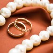 White pearls and wedding rings — 图库照片