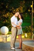 Paar in het park — Stockfoto