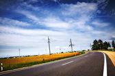 Otoban mavi bulutlu gökyüzü altında — Stok fotoğraf