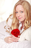 Girl In Bed With Rose — Stockfoto