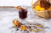 Mulled red wine on a snowy table outdoor in winter — Foto Stock