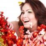 hermosa chica con flor de primavera — Foto de Stock