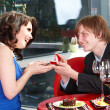 Man propose marriage to girl. - Foto Stock