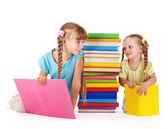 Niños mirando el uno al otro. — Foto de Stock