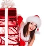在与红色礼品盒组圣诞老人帽子圣诞女孩 — 图库照片
