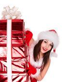 Fille de noël en bonnet de noel avec groupe boîte cadeau rouge. — Photo