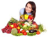 Menina com grupo de frutas e legumes. — Foto Stock