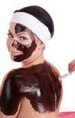Joven teniendo la máscara facial de chocolate. — Foto de Stock