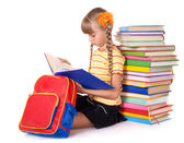 阅读书籍的桩的背包的小女生. — 图库照片