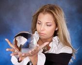 水晶球的年轻女人. — 图库照片