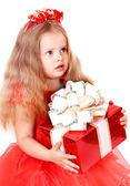 девочки в красном платье с подарочной коробке. — Стоковое фото