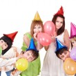 Group of teenagers celebrate birthday. — Stock Photo