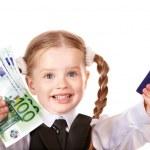 glada barn med pengar och credut kort — Stockfoto