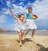 Crianças brincando na praia. — Foto Stock