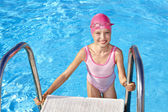 在游泳池中游泳的孩子. — 图库照片