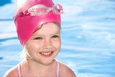Kind schwimmen im pool. — Stockfoto