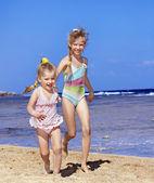 Crianças andando na praia de mãos dadas. — Fotografia Stock