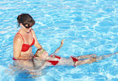 Instructorado de natación aprender natación infantil. — Stok fotoğraf