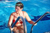 Femme dans le sport lunettes feuilles piscine. — Photo