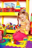 Barn med pussel, block och bygg i lekrummet. — Stockfoto