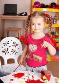 Obraz farby dziecka w wieku przedszkolnym. — Zdjęcie stockowe