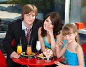 Happy family with child in cafe. — Foto Stock