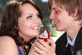 Man propose marriage to girl. — Stock Photo